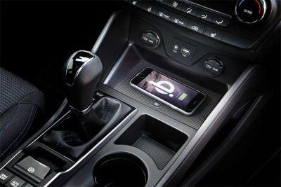 Nahtlos integrierte induktive Ladestation im Auto