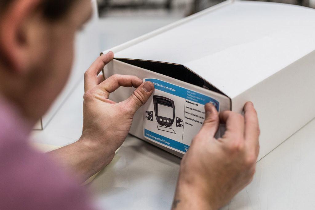 Verpacken von fahrzeugspezifischen Radioblenden